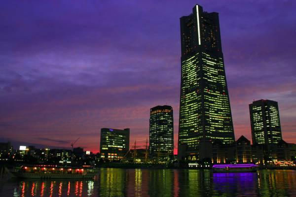 紫色的天空下高层建筑摄影在夜间高清壁纸