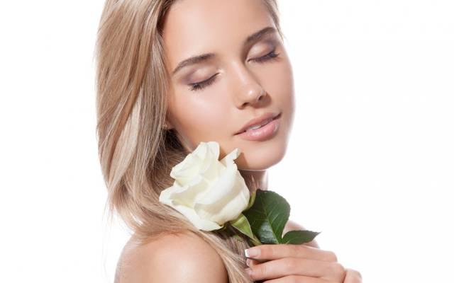 金发,闭着眼睛,白玫瑰