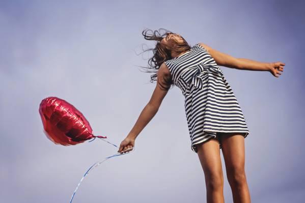 女人在白色和黑色的条纹无袖礼服举行红色的心形气球在蠕虫眼睛摄影高清壁纸