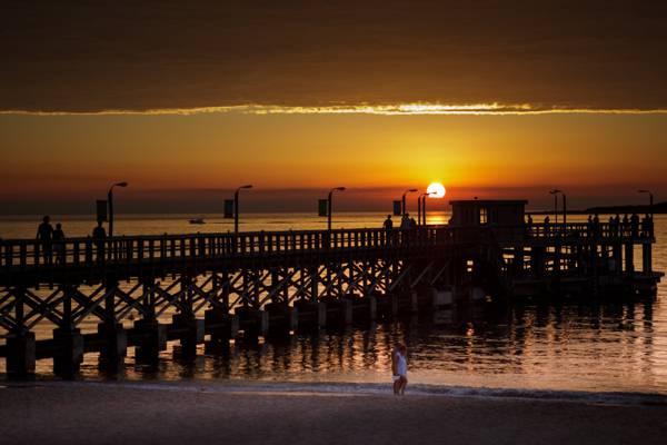 在日落时分,码头德尔埃斯特高清壁纸