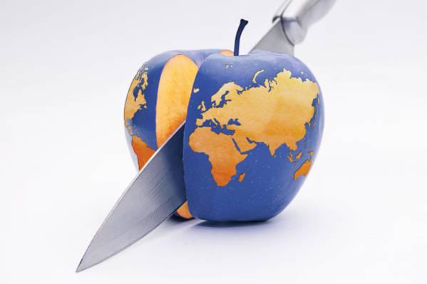 不锈钢厨刀切片蓝色苹果与地图打印高清壁纸