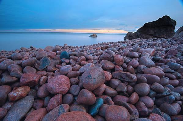 一堆棕色的石头在海边高清壁纸