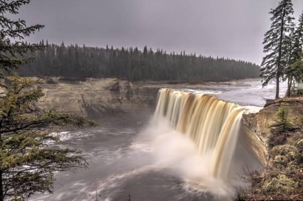 水落在灰色的天空下,加拿大高清壁纸