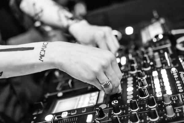 灰度和选择聚焦照片的DJ混音器高清壁纸