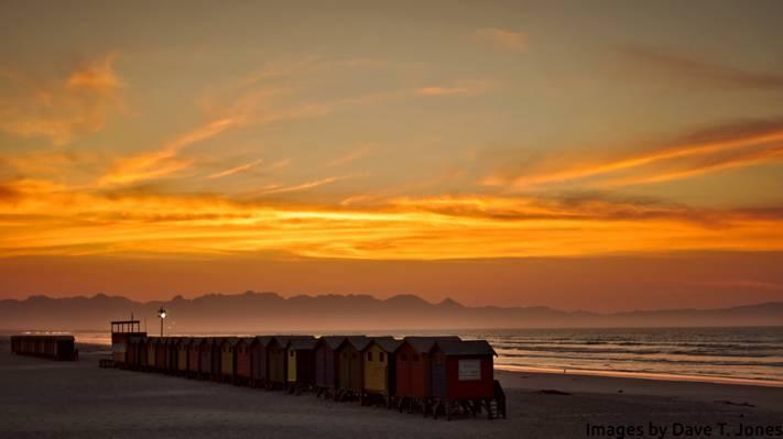 在金色的小时高清壁纸期间堆在海边的容器