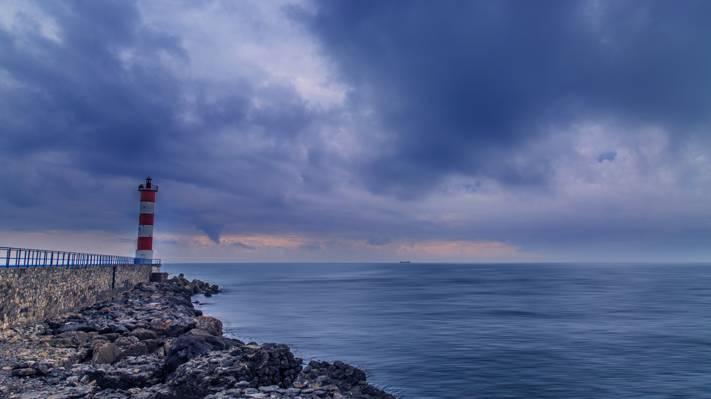 海滨附近的灯塔高清壁纸