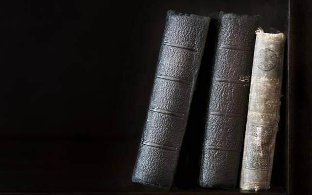 老,书,架子,黑色的背景