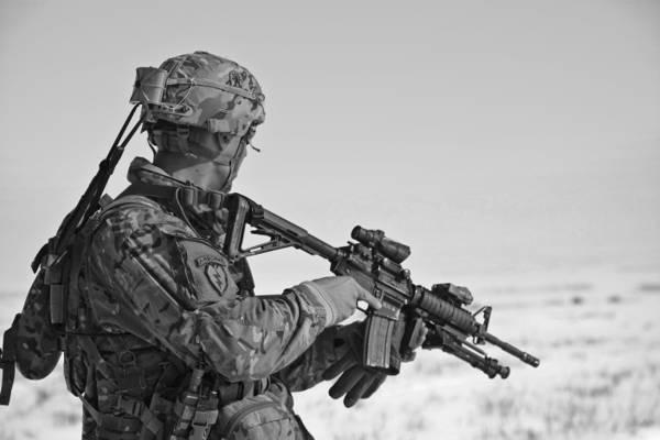 士兵拿着步枪灰度照片高清壁纸