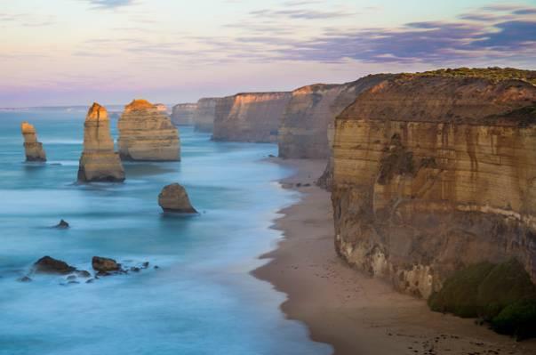 棕色的岩石形成附近海滩高清壁纸