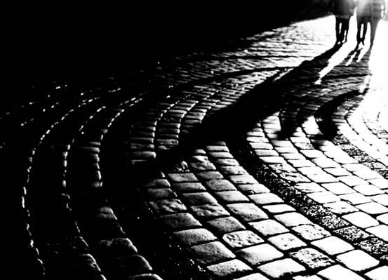 在夜间高清壁纸走的三个人的剪影
