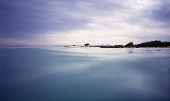 在白天,撒丁岛高清壁纸蓝色的大海