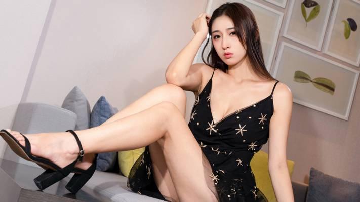白皙丰满的性感美女美腿诱惑