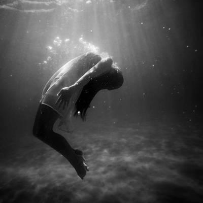 一个女人水下高清壁纸的灰度照片