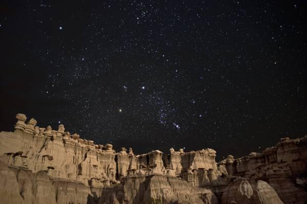 繁星满天的夜晚下的山高清壁纸