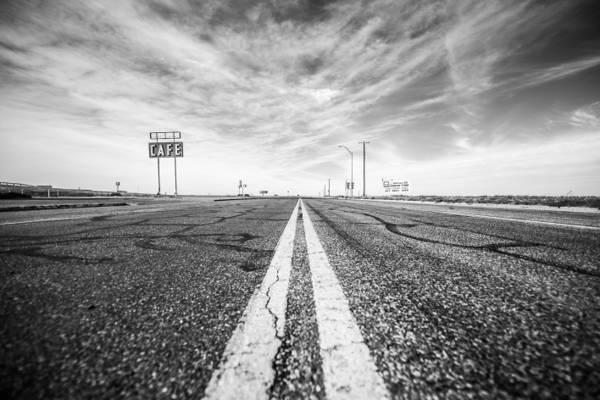 白色和黑色混凝土路的照片高清壁纸