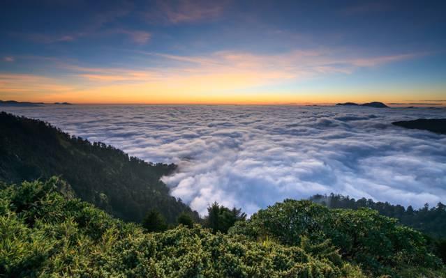 围绕绿色覆盖的山高清壁纸的白云的空中摄影