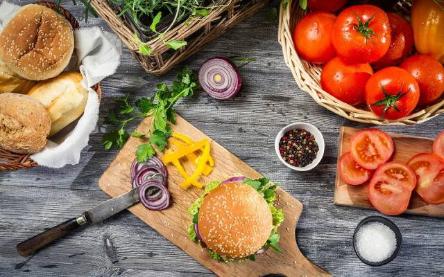 胡椒,西红柿,刀,面包,汉堡,弓