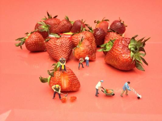 草莓果实上粉红色的木桌上高清壁纸