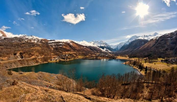 湖附近山下蓝蓝的天空高清壁纸