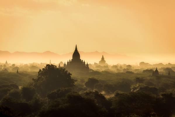 寺庙在雾时间高清壁纸的风景照片
